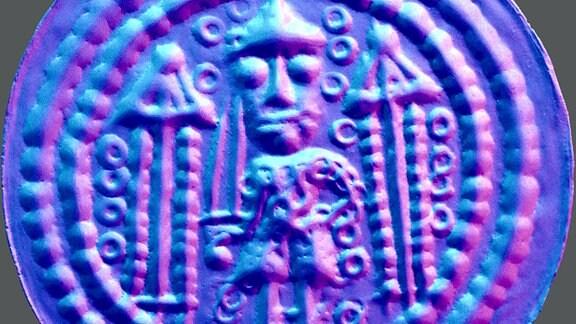 Münze des Münzherren Konrad Markgraf von Meißen, Prägedatum um 1150 – Darstellung der Oberfläche. Auf der Münze ist deutlich ein Relief in blauem Lichtschein zu erkennen.