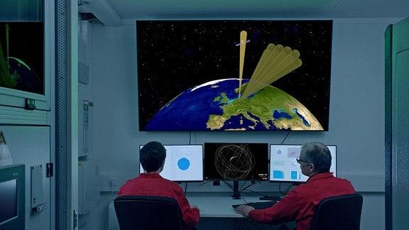 Zwei Personen an Gestra Überwachungsmonitoren