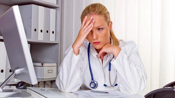 Gestresste junge Ärztin