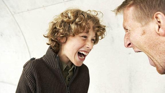 Sohn und Vater schreien sich an.