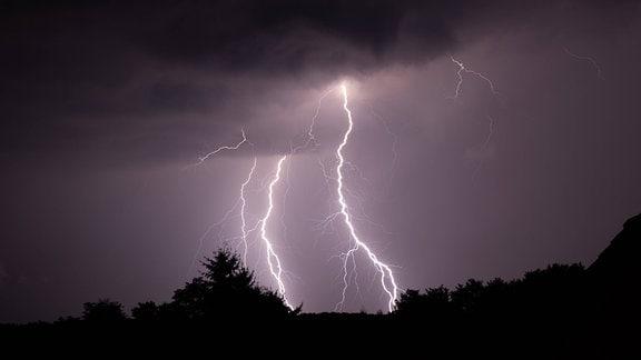 Blitze eines Gewitters sind am späten Abend am Himmel