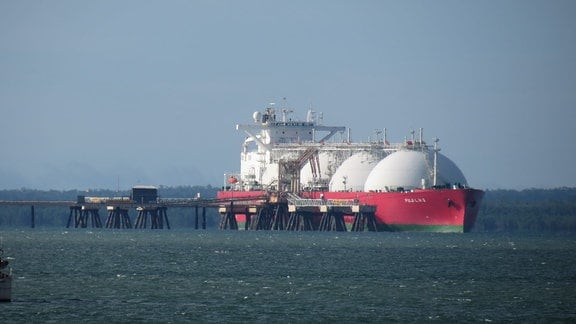 Ein Tanker für Flüssiggas liegt an einem Dock.