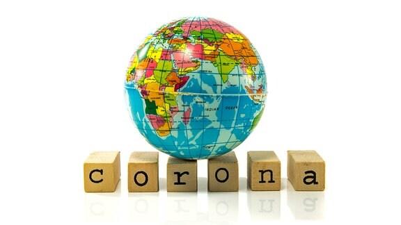 Das Wort Corona und ein Globus