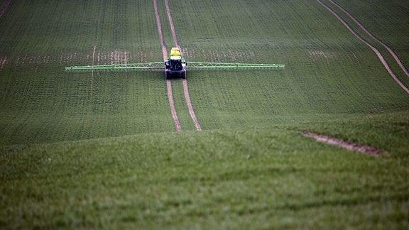 Pflanzenschutzgeraet auf einem Feld bei Görlitz