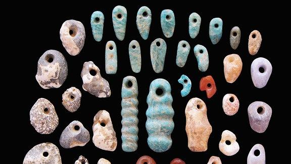 Grabfunde Steine und Ohrringe