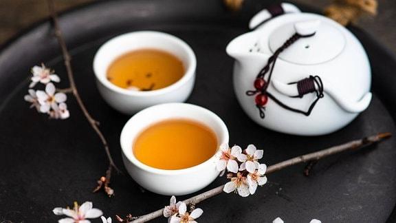 Grüner Tee in Teeschalen