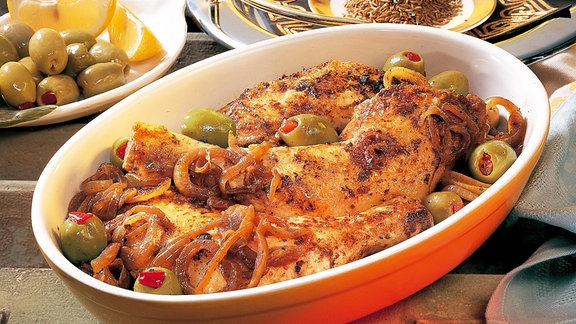 Hähnchenkeulen mit Zwiebeln und Oliven