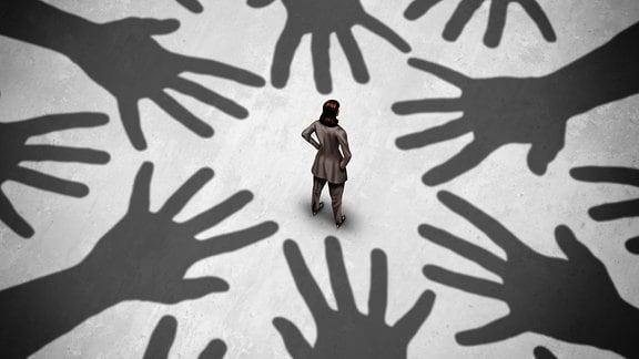 Frau inmitten greifender Hände