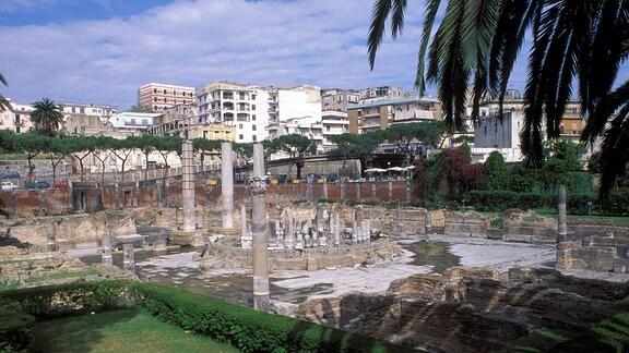 Grundmauern der antiken römischen Markthalle -Tempio de Serapide in Pozzuoli - Italien
