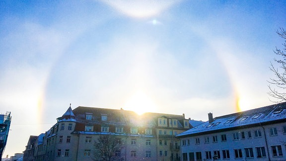 Wetterphänomen Eisnebel Halo (Diamond Dust Halo) am Morgen des 21.3.2018 über einem Wohnhaus im Südviertel der Stadt Jena/Thüringen.