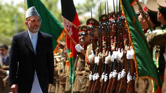 Afghanistans Präsident Hamid Karzai beim Amtsantritt 2004