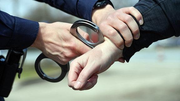 Symbolfoto: Festnahme, Handschellen werden anlegen