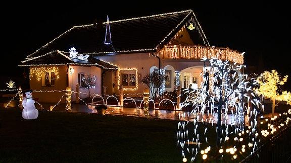 Ein mit Lichterketten dekoriertes Haus in Kroatien