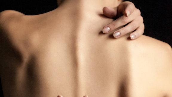 Ein nackter Rücken einer Frau