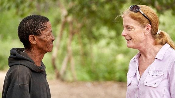 Vanessa Hayes diskutiert mit San-Häupttling ǀkun ǀkunta