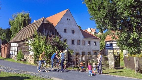 Radfahrer vor der Schlossmühle in Schieritz
