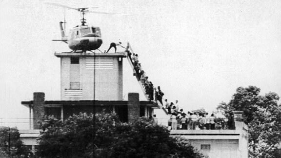 Helikopter fliegt 1975 Flüchtlinge von US Botschaft in Saigon aus