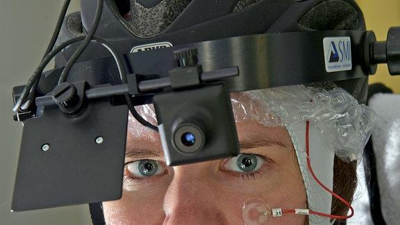 Nahaufnahme des aufgesetzten Helms mit Kamera