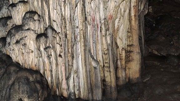 Herr der Ardales-Höhle mit roten Punkten