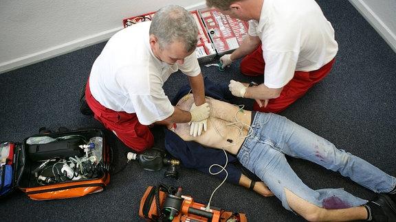 Rettungsassistenten reanimieren einen Patienten mit einer Herzdruckmassage
