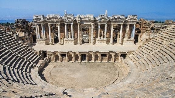 Blick auf die Ruinen der antiken Stadt Hierapolis in der heutigen Türkei