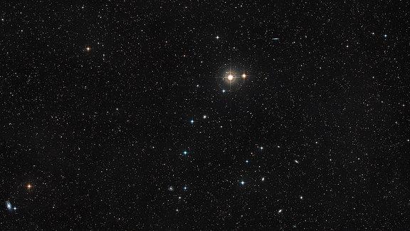 Himmelsregion um die Galaxie NGC 4993
