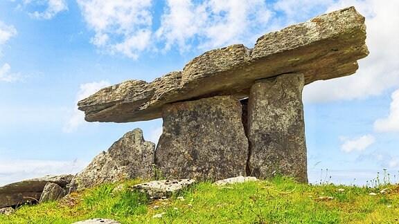 Ein aus Steinblöcken errichtetes Megalith-Bauwerk aus der Jungsteinsteit.