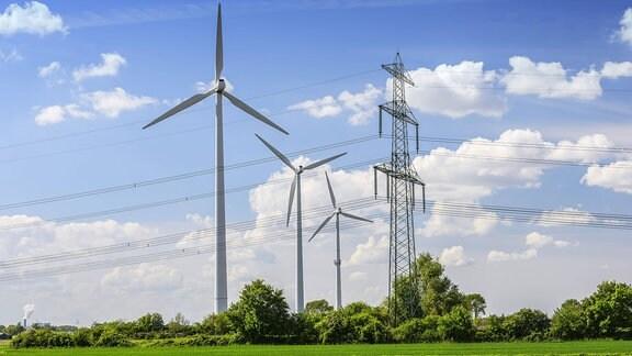 Windräder und Strommast