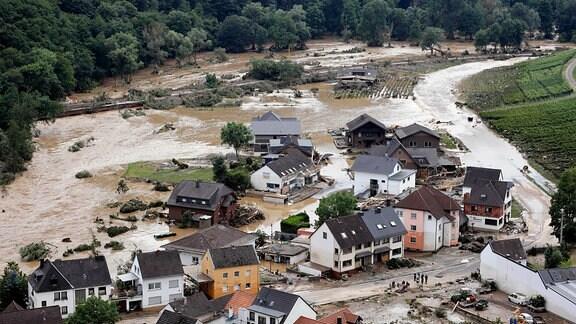 Im Bild eine Ortschaft an der Straße zwischen Dernau und Walporzheim, die von den Fluten auf einem Abschnitt einfach mitgerissen wurde.