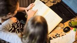 Kontrolle der gemachten Lernaufgaben von Mama | imago images/Lichtgut