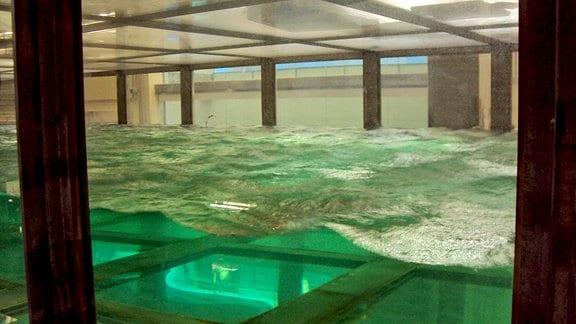 Blick auf den Wassertank, in dem die Folgen eines Hurrikans simuliert werden.