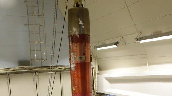 Der Transportbehälter mit den Experimenten ist nach dem Raketenflug zurück in einer Halle in Esrange.