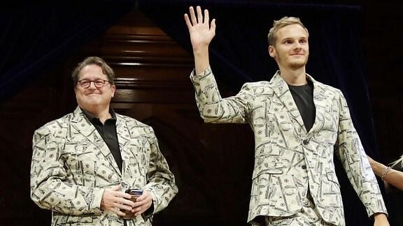 Andreas Voss (l) und sein Sohn Timothy Voss, aus den Niederlanden erhalten den Ig-Nobelpreis in Wirtschaftswissenschaften für die Prüfung, welches Papiergeld das beste bei der ܜbertragung gefährlicher Bakterien ist.