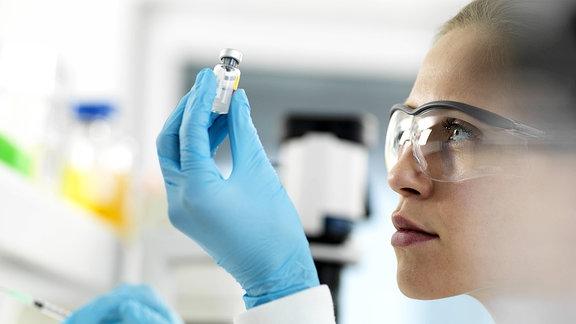 Ärztin, die einen Impfstoff für einen Patienten vorbereitet