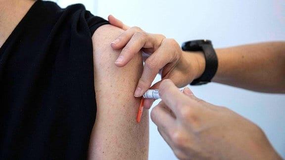 Ein Patient erhält eine Impfung