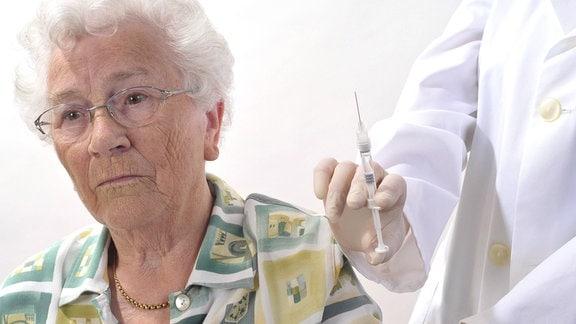 Seniorin wird geimpft