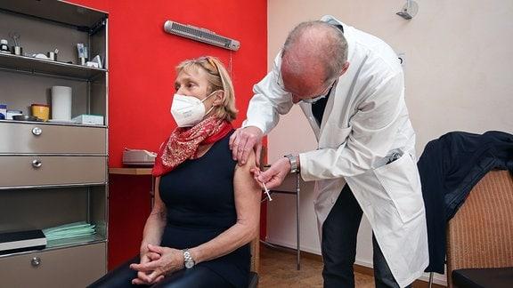 Eine Patientin wird in einer Hausarztpraxis gegen Corona geimpft