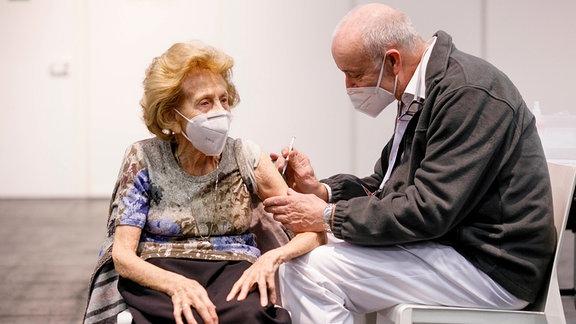Seniorin erhält Impfung