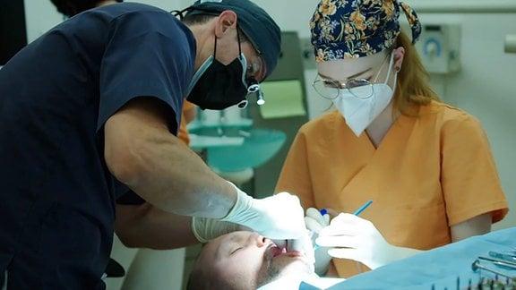Implantologe Nico Lindemann operiert Tomas Schröck