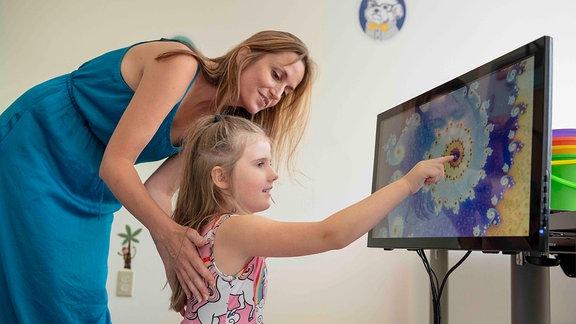 Forscherin Jessica Cantlon mit einem Mädchen bei einer Testaufgabe für mathematische Fähigkeiten.