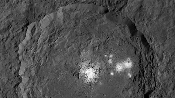 Der Occator-Krater ist ein 20 Millionen Jahre alter Einschlagkrater auf dem Zwergplaneten Ceres im Asteroidengürtel zwischen Mars und Jupiter.