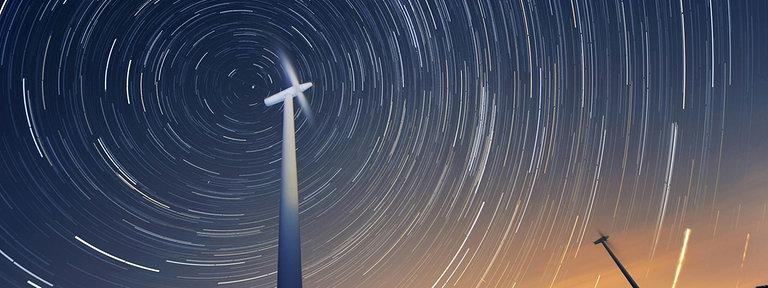 Windräder vor dem Nachthimmel