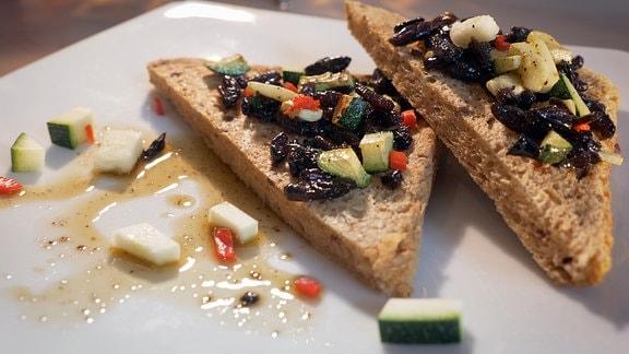 Grillen mit Knoblauch, Zucchini und Chili