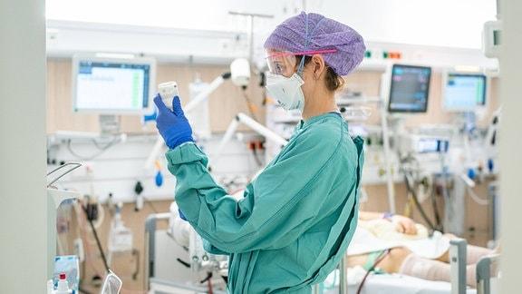 Eine Ärztin auf Intensivstation