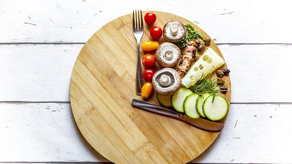 Ein Brett mit Essen darauf
