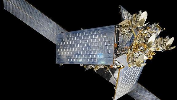 Ein glänzender Satellit vor schwarzem Hintergrund.
