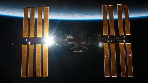 Die Internationale Raumstation vor dem Horizont der Erde