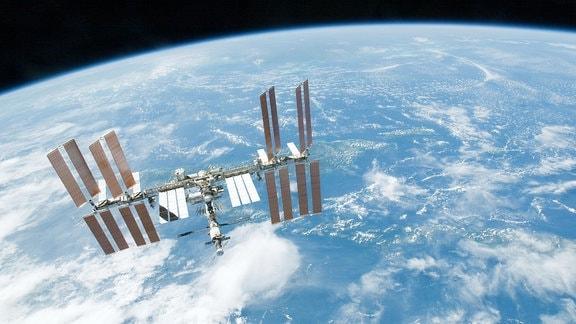 """Die Internationale Raumstation schwebt in 400 Kilometern Höhe über der Erde. Das Bild wurde 20. Februar 2010 vom Spaceshuttle """"Endeavour"""" aufgenommen."""