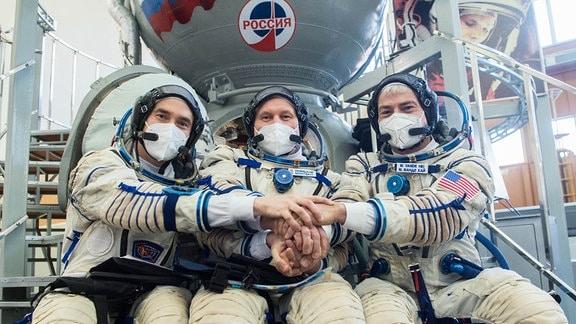 Drei der Raumfahrer der ISS Expedition 65 Crew. Die Kosmonauten Pyotr Dubrov (l.), Oleg Novitskiy (m.) und der NASA-Astronaut Mark Vande Hei (r.) im Gagarin Kosmonauten Trainingszenter (GCTC) in der russischen Star City.