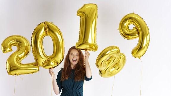 Zwischen den Jahren - Frau mit Zahlen-Ballons